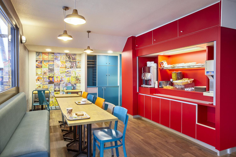 hotelF1 réinvente l'hôtellerie très économique  • Nouveau design et nouveaux services • Nouvelle typologie de chambres avec salle de ...